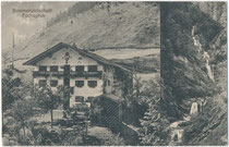 """Sommerwirtschaft """"Fuchsgrub"""" und der Lochner Fall in den Chiemgauer Alpen (AVE 11), Gde. Walchsee, Bzk. Kufstein, Tirol. Lichtdruck 9 x 14 cm (Mehrbildkarte); Impressum: Vereinigter Verlag Ed. Lippott & A(nton). Karg, Kufstein 1927.  Inv.-Nr. vu914ld00317"""