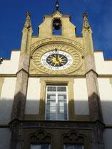 Uhr und Schulglocke im Giebel der ehemaligen Volksschule Innere Stadt in Innsbruck, Gilmstraße 4. Digitalphoto; © Johann G. Mairhofer 2010.  Inv.-Nr. DSC00122