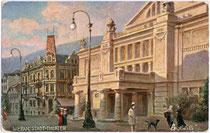 """Stadttheater von Meran am Theaterplatz. Farbautotypie 9 x 14 cm nach Entwurf eines ungenannten Künstlers. Werbekarte der Firma Raphael Tuck & Sons, Berlin für die Marke """"Oilette"""" um 1910.  Inv.-Nr. vu914fat00034"""