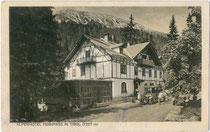 "Gasthof (heute Hotel) ""Fernpass""mit Dependance an der Fernpassstraße (B 179) auf dem Fernpass (1.202 m.ü.A.), Gemeinde Nassereith, Bzk. Imst, Tirol. Photochromdruck 9 x 14 cm; Impressum: Purger & Co., München um 1910.  Inv.-Nr. vu914pcd00348"