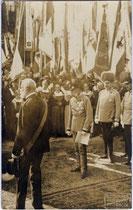 Kaiser Franz Joseph I. und Thronfolger Franz Ferdinand von Österreich Este bei der Landesjahrhundertfeier in Innsbruck im August 1909. Gelatinesilberabzug 9 x 14 cm, Impressum: K(arl). Dornach, Innsbruck.  Inv-Nr. vu914gs00044