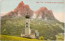 Kirche zum Hl. Valentin in Seis, Gemeinde Kastelruth, Südtirol mit dem Schlern. Photochromdruck 9 x 14 cm; Impressum: Edition Photoglob Co. Zürich um 1910.  Inv.-Nr. vu914pcd00287
