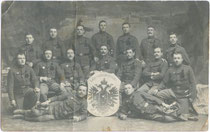 """Hälftefeier an der K.u.k. Infanterie-Kadettenschule am Innrain 34 in Innsbruck (heute: Landespolizeidirektion) 1912. Gelatinesilberabzug 9x14cm; Atelier """"Zech"""", Innsbruck.  Inv.-Nr. vu914gs00020"""