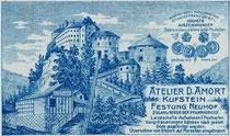 Tageslichtatelier des Photographen David Amort und Schienentrasse vom Schrägaufzug auf die Festung Kufstein (Werbevignette). Rückseitendruck auf Untersatzkarton 10,6 x 16,6 cm (Cabinet-Format), wohl 1911.