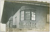 Ehemaliges Haus von Hutmacher Karl Pokupec in der Fuxmagengasse in Hall in Tirol. Gelatinesilberabzug 9 x 14 cm; Impressum: A(lfred). Stockhammer, Hall 1909.  Inv.-Nr. vu914gs00243