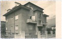 Straßenfassade von der Zinsvilla im Stil der Neuen Sachlichkeit Schretterstraße 13, Innsbruck-Pradl. Gelatinesilberabzug 9 x 14 cm; Impressum: Ernst Pramhofer, Körnerstraße (?), Innsbruck.  Inv.-Nr. vu914gs00274
