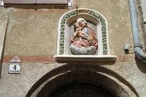 Polychrom gefasstes Madonnenrelief über dem Portal vom Haus Waldaufstraße 4 in Hall in Tirol. © Johann G. Mairhofer 2013.  Inv.-Nr. 1DSC07303