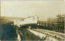 Längsstapellauf eines Kriegsschiffs der k.u.k. Kriegsmarine in Triest. Gelatinesilberabzug 9 x 14 cm; Impressum: M. Circovich, Trieste 1912.  Inv.-Nr. vu914gs01128