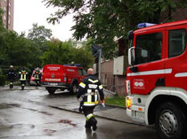 Löscheinsatz der Freiwilligen Feuerwehr Reichenau (Stadt Innsbruck) beim Wohnhaus Reichenauer Ecke Radetzkystraße am 4.8.2011. Digitalphoto; © Johann G. Mairhofer 2011.  Inv.-Nr. DSC01630