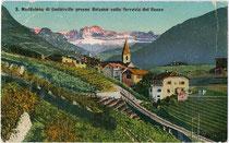 Vom Gleiskörper der Rittnerbahn durchquerte Weingüter in St. Magdalena, Stadtgemeinde Bozen (ehem. Gemeinde Zwölfmalgreien). Photochromdruck 9 x 14 cm; Joh(ann). F(ilibert). Amonn, Bozen 1909.  Inv.-Nr. vu914pcd00223