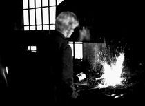 Schmiedemeister und langjähriger Bürgermeister Albert Ender an der Esse, 1973. Gelatinesilbernegativ 24 x 36 mm; © Johann G. Mairhofer.  Inv.-Nr. ns135il-fp4.1_17