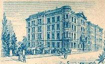 Wirkungs- und Wohnstätte des Photographen August Wilcke an der Rudolfstraße (heute: Brixner Str.) Nr. 1. Rückseitenaufdruck eines Cabinetphotos ca. 11x17cm um 1895, Ausschnitt.