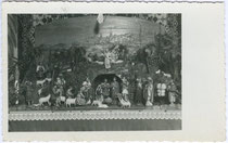 Krippe der Familie Oberhammer in Meran. Gelatinesilberabzug 9x14cm; Foto Gasser, Lana; postalisch gelaufen 1933.  Inv.-Nr. vu914gs00191