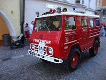 """KLF (Kleinlöschfahrzeug) Volvo Laplander der Freiwilligen Feuerwehr der Stadt Lienz, Tirol beim Feuerwehrcorso anlässlich der Fachmesse """"Feuerwehr Alpin"""" vom 19.-21.10.2012. Digitalphoto; © Johann G. Mairhofer.  Inv.-Nr. DSC05335"""