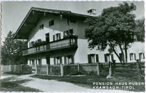 """Ehemalige Pension """"Huber"""" in Kramsach, Bezirk Kufstein, Tirol. Gelatinesilberabzug 9 x 14 cm ohne Impressum um 1960.  Inv.-Nr. vu914gs00656"""