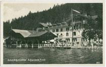 """Hotel """"Scholastika"""" am Ostufer vom Achensee, Gemeinde Achenkirch, Bezirk Schwaz, Tirol. Gelatinesilberabzug 9 x 14 cm; Impressum: C(lemens). Lindpaintner, Innsbruck um 1920.  Inv.-Nr. vu914gs00230"""