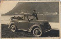 """Mit einem Opel Olympia der Bauart """"Coupè-Cabriolet"""" am Achensee, bez.: """"Zur Erinnerung an meinen Urlaub im Juli 1939."""" Gelatinesilberabzug 9 x 14 cm; Knipseraufnahme. Inv.-Nr. vu914gs00014"""