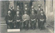 Sozialistische Gemeinderatsfraktion der im Jahr 1923 zur Stadt erhobenen Marktgemeinde Landeck, Tirol der Jahre 1922 bis 1928. Impressum: Alfred Löbel, Hotel Post, Landeck – Aufnahmejahr nicht bezeichnet.  Inv.-Nr. vu914gs00867