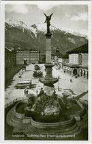 Südtiroler Platz (vormals Bahnhofplatz) mit dem Vereinigungsbrunnen zur Erinnerung an die Eingemeindung von Wilten und Pradl. Gelatinesilberabzug 9 x 14 cm; Impressum: Karl Redlich Innsbruck um 1935.  Inv.-Nr. vu914gs00556