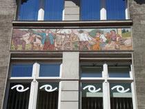 """Fliesenmosaik im Jugendstil am """"Wilflinghaus"""" in der Meraner Straße 3, Innsbruck-Innere Stadt; Fassadendetail mit bäuerlichen Szenen. Digitalphoto; © Johann G. Mairhofer 2010.  Inv.-Nr. 1DSC01118"""