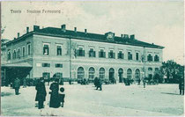 Trento - Stazione Ferroviaria (dt. Trient – Bahnhof) an der Piazza d'Armi (dt. Exerzierplatz), heute Piazza Dante (Alighieri). Heliogravüre 9 x 14 cm Impressum: Fototipia Alterocca – Terni 1921, postalisch befördert 1919.  Inv.-Nr. vu914hg00043