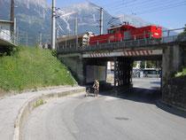 Elektrische Verschublok der ÖBB Reihe 1163 im Rangiereinsatz beim Passieren der Stahlbrücke mit Gerüstpfeiler über der Zufahrtstraße zum Frachtenbahnhof Innsbruck. Digitalphoto; © Johann G. Mairhofer 2013.  Inv.-Nr. 1DSC07173