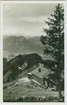 Unterkunftshütte Vorderkaiserfelden im Kaisergebirge (1.389 m), Gemeinde Ebbs gegen Kufstein und den Pendling. Gelatinesilberabzug 9 x 14 cm ohne Impressum, postalisch gelaufen 1932.  Inv.-Nr. vu914gs01129