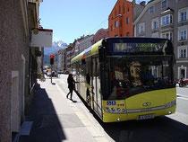 Linienbus des VVT (Verkehrsverbund Tirol) an der Bushaltestelle INNSTRASSE in Innsbruck-St. Nikolaus. Digitalphoto; © Johann G. Mairhofer 2013.  Inv.-Nr. DSC06867
