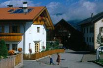 Die neue Wohnbausiedlung (links) und die Winklpeinte (in Bildmitte) in Niederolang. Farbdiapositiv 24x36mm; © Johann G. Mairhofer 1998.  Inv-Nr. dc135kn0239.02_07