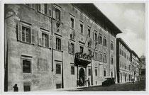 "Palazzo Thun in Trient, via Belenzani 3 – heute Municipio / Rathaus - vis à vis vom Palazzo Geremia. Gelatinesilberabzug 9 x 14 cm; Impressum: G. W. T.; handschriftl. datiert: ""1933"". Inv.-Nr. vu914gs0030"