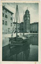 An einer Pier im Hafen von Riva del Garda festgemachter Lastensegler. Heliogravüre 9x14cm; Kilophot Wien um 1920.  Inv.-Nr. vu914hg00037
