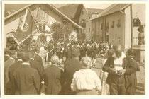 """Fronleichnam Tarrenz"". Gelatinesilberabzug 6 x 9 cm; Privatphoto um 1925.  Inv.-Nr. vu609gs00023"