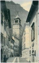 Torre Apponale (Wachturm der Stadtmauer) in Riva (del Garda) vom 13. Jh. aus der via Gazzoletti gesehen. Lichtdruck 9 x 14 cm; Impressum: Verlag von Gustav Georgi, Riva um 1905.  Inv.-Nr. vu914ld00294