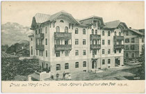 """Im Heimatstil errichteter Jakob Astner's Gasthof """"Zur Alten Post"""" in der Innsbrucker Straße in Wörgl, Bezirk Kufstein, Tirol. Lichtdruck 9 x 14 cm ohne Impressum; postalisch gelaufen 1906. Inv.-Nr. vu914ld00043"""
