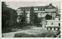 """Parkanlage mit Tennisplatz vom Hotel """"Laurin"""" in Bozen, Laurinstraße 4. Gelatinesilberabzug 9 x 14 cm; Impressum: Joh(ann). F(ilibert). Amonn, Bolzano-Merano 1938.  Inv.-Nr. vu914gs01150"""