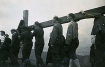 Aufrichtung des Heimkehrerkreuzes auf dem Voldöppberg durch Überlebende des 2. Weltkriegs aus Brandenberg im September 1945. Gelatinesilberabzug 6x9cm; Anonymus phot.  Familienarchiv d. Verf.