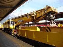 KIROW Schienenkran der Swietelsky Baugesellschaft m.b.H. im Hauptbahnhof von Innsbruck. Digitalphoto; © Johann G. Mairhofer 2012.  Inv.-Nr. 1DSC04874