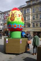 Eines von 15 individuell gestalteten Ostereiern als Festdekoration während der Karwoche und Osterfeiertage in Innsbruck, aufgestellt in der Maria-Theresien-Straße. Digitalphoto; © Johann G. Mairhofer 2016.  Inv.-Nr. 2DSC04551