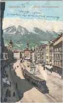 """Dampfbetriebener Zug der """"Localbahn Innsbruck – Hall in Tirol"""" (L.B.I.H.i.T.) durchfährt die Maria-Theresien-Straße in Richtung Berg-Isel-Bahnhof. Photochromdruck 9 x 14 cm, Impressum: P. & Co., München, um 1900.  Inv.-Nr. vu914pcd00077"""