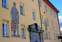 Fresken von Haymon und Thyrsus an der Fassade des Ansitz Augenweydstein, erbaut von den Grafen Lodron. Farbdiapositiv 24x36mm; © Johann G. Mairhofer 1998.  Inv.-Nr. dc135fuRA679.1_17