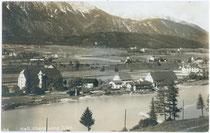 Ansitz SCHEIBENEGG (darüber THÖMLSCHLÖSSL) mit Salinengebäude und Glaskasten links vorne (v.l.n.r.) am linken Innufer, und ALTENZOLL (Mitte ganz rechts) in Hall. Gelatinesilberabzug 9x14cm; A(lfred). Stockhammer, Hall in Tirol 1915.  Inv.-Nr. vu914gs00055