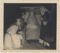 Hirtenspiel in Bozen 1934/35; Drei Könige beim Jesukind. Gelatinesilberabzug 9x11cm; Anonymus/-a.  Inv.-Nr. vu912gs00004