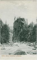 Felssporn am Zemmbach (heute Kletterwand) im Zemmtal, Gemeinde Finkenberg, Bezirk Schwaz, Tirol. Lichtdruck 9x14cm; Impressum: Joh(ann). Maidler, Mayrhofen um 1910.  Inv.-Nr. vu914ld00191