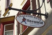 Handwerksschild von Hutmacherwerkstatt Seewald Inhaber Lintner seit 1829 in Hall in Tirol, Rosengasse 2. © Johann G. Mairhofer 2013.  Inv.-Nr. 1DSC07291
