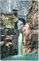 Bogenbrücke der Dolomitenstraße über dem Eggentaler Wasserfall. Photochromdruck 9x14cm; Joh(ann). F(ilibert). Amonn, Bozen um 1910.  Inv.-Nr. vu914pcd00036