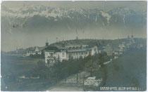 """Grand Hotel """"Iglerhof"""" in Igls gegen Nordkette. Gelatinesilberabzug 9x14cm; Impressum: Alpiner phot(ographischer). Verlag J. M. Peters, Innsbruck; postalisch gelaufen 1909.  Inv.-Nr. vu914gs00331"""