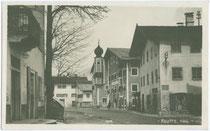 """Gasthof """"Goldene Rose"""" mit Erkerturm und Zwiebelhaube am Untermarkt in Reutte. Gelatinesilberabzug 9 x 14 cm ohne Impressum um 1920.  Inv.-Nr. vu914gs00094"""