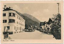 Marktgemeindeamt mit Postamt, erbaut 1929 im Stil der Heimatschutzarchitektur nach barockem Vorbild in Mayrhofen im Zillertal, Bzk. Schwaz, Tirol. Gelatinesilberabzug 10 x 15 cm; Helff & Stein, Leipzig-Innsbruck um 1940.  Inv.-Nr. vu105gs00114