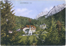 "Großgasthof ""Griessenböck"" (heute: Gasthof ""zur Post"") mit Falkengruppe im Karwendel. Kombinationsfarbdruck 10 x 15 cm; Impressum_ Kunstverlag Max Stadler, München um 1920. Inv.-Nr. vu105kfd00001"