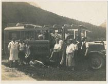 Chauffeur im Automantel mit Reisegesellschaft (evtl. Schulklasse auf Maiausflug) unterwegs in einem Autobus L 6 mit Rolldach der Automobilfabrik Perl AG, Wien-Liesing (1922 - 1954). Gelatinesilberabzug 9 x 12 cm, um 1930.  Inv.-Nr. vu912gs00024